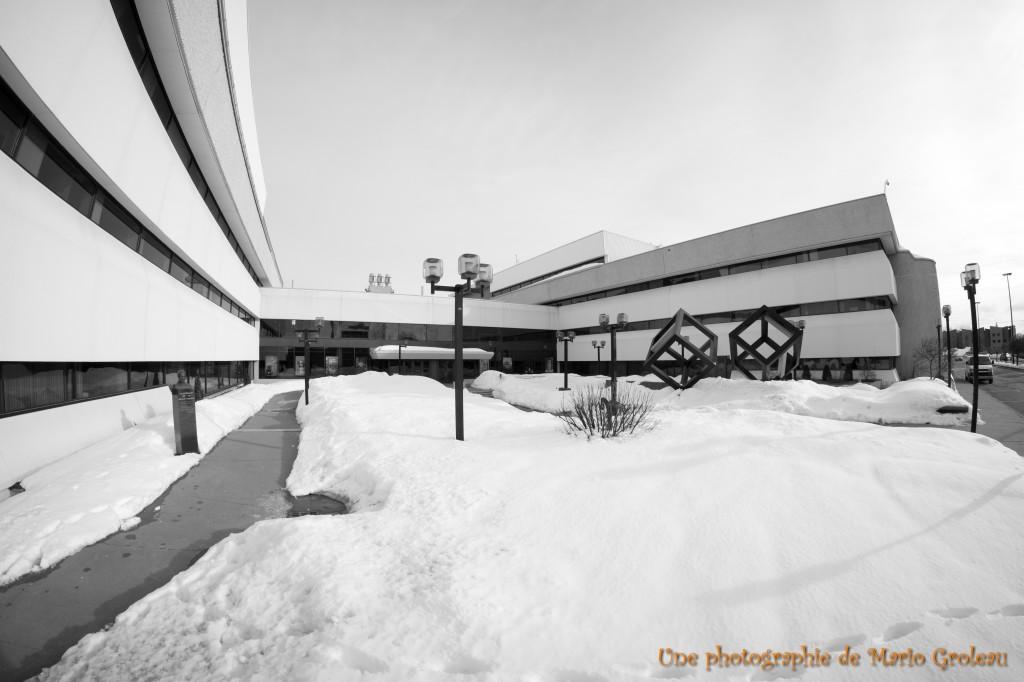 Sous la neige sur la place Gilles Boulet!